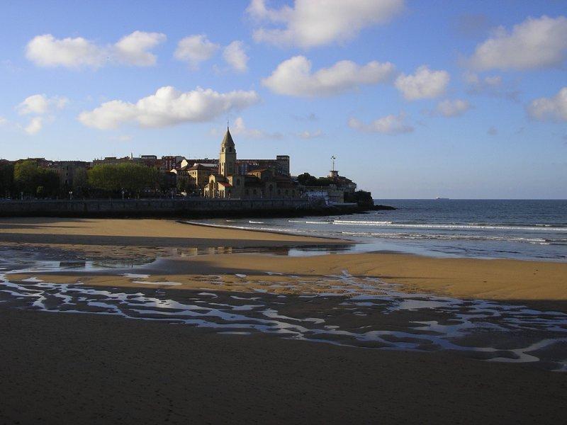Playa San Lorenzo y barrio de Cimavilla en Gijón